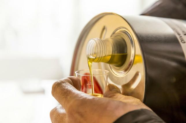 Olivenöl einschenken