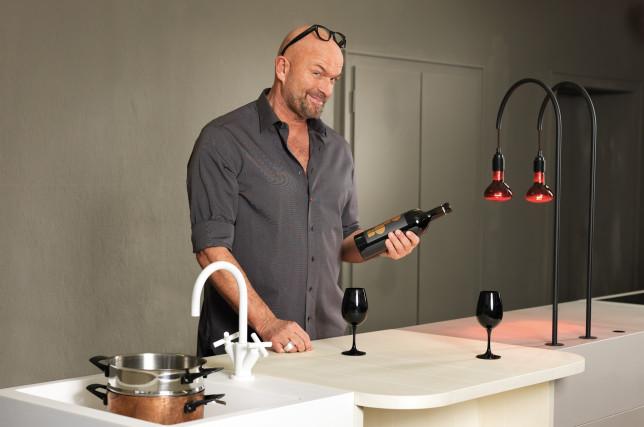 Genuss-Nomade und TV-Koch Stefan Wiertz am Küchenriegel derDESIGN LINE by Supergrau®