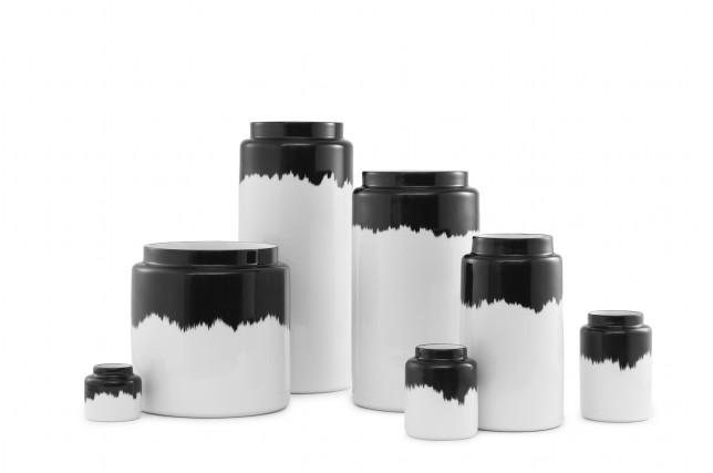 Schwarz-weiß und handgemacht: Die Vasen-Serie AGNES von Normann Copenhagen bei Weiss in Weiss.