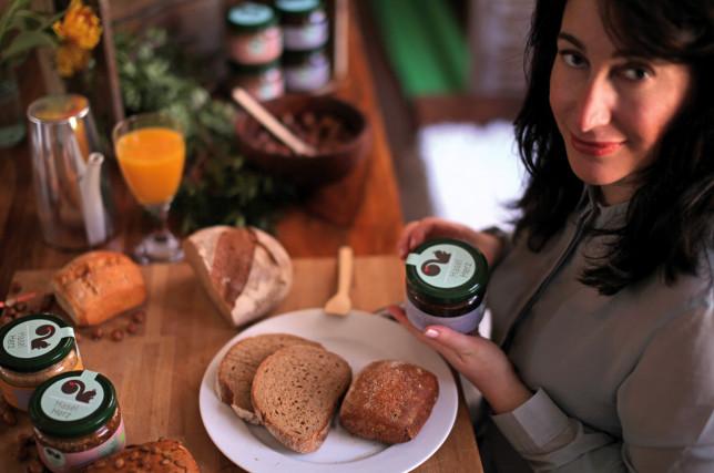Süße Brotzeit. Inhaberin Ebru Erkunt mit ihren drei HaselHerz Sorten.