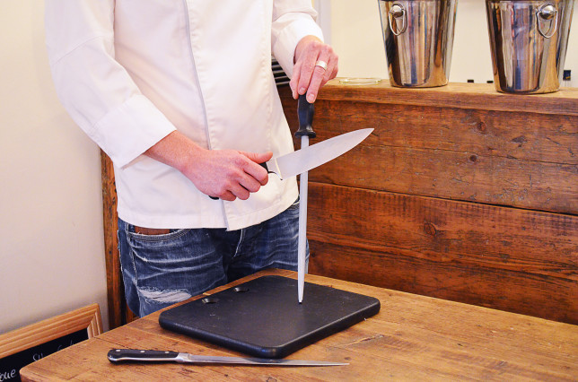 Messer abstellen und mit dem Wetzstahl schleifen