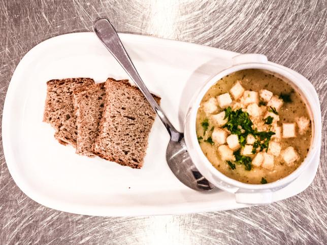 Suppe mit Croutons und Bauernbrot.