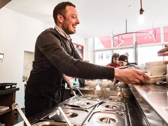 Suppdiwupp-Inhaber Ferdinand Pillenstein führt seinen Laden mit Leidenschaft. Die Suppe serviert er heute persönlich.