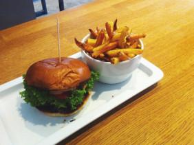 Burger und Fritten im Restaurant Mam Mam in Nürnberg