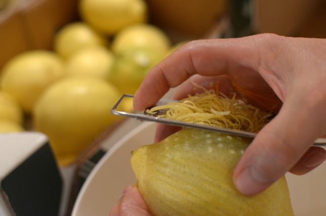 Alles handgemacht - vom Zitronen-Abrieb bis zum Etikett.