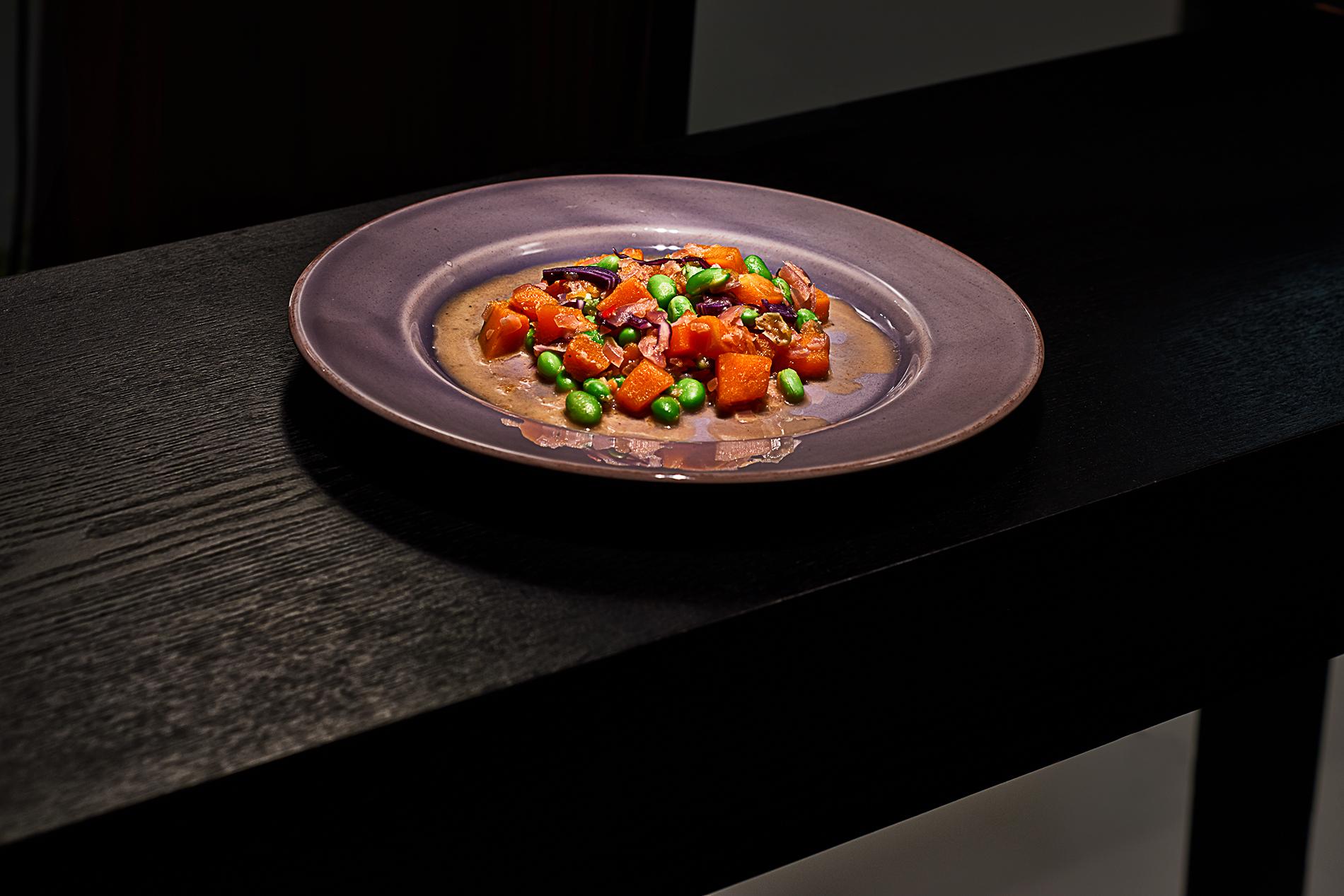 Kürbis mit Edamame Bohnen und roten Zwiebeln