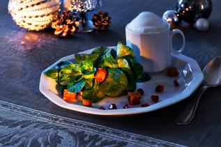 Maroni-Lebkuchen-Capucino angerichtet auf einem Teller mit Feldsalat