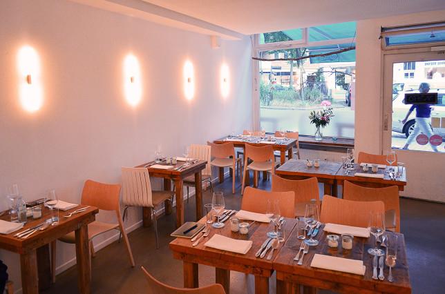 Holztische im Restaurant Jellyfisch