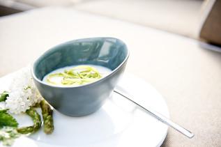 Spargelcremesuppe mit grünen Spargelspänen