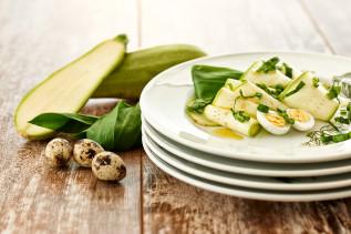 Zucchini-Carpaccio mit Bärlauch und Wachtelei