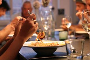 Kochkurs-Teilnehmer beim Essen