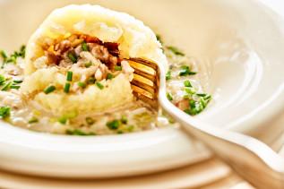 Gefüllter Kartoffelkloß in Schnittlauch-Pilzsoße