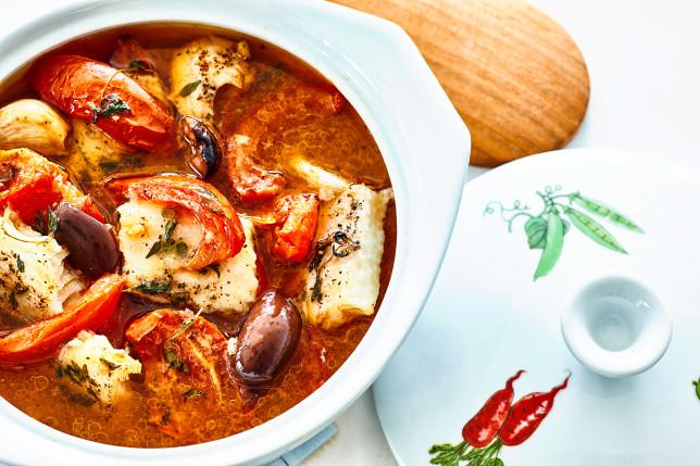 Fischsuppe mit Tomate, schwarzen Oliven und Thymian