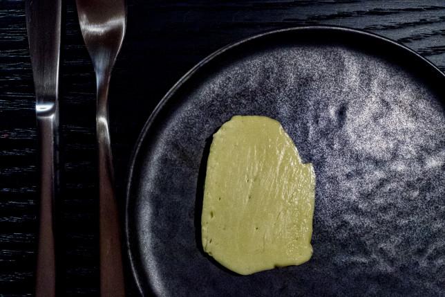 Butter auf schwarzer Keramik im Restaurant Sosein