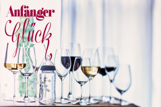 Nuckelflasche und Weingläser auf einem Tisch