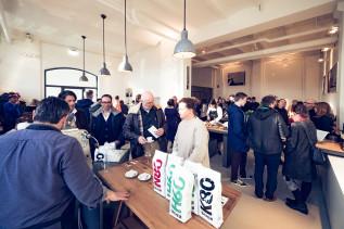 Gäste zur Eröffnung an der Kaffee-Bar