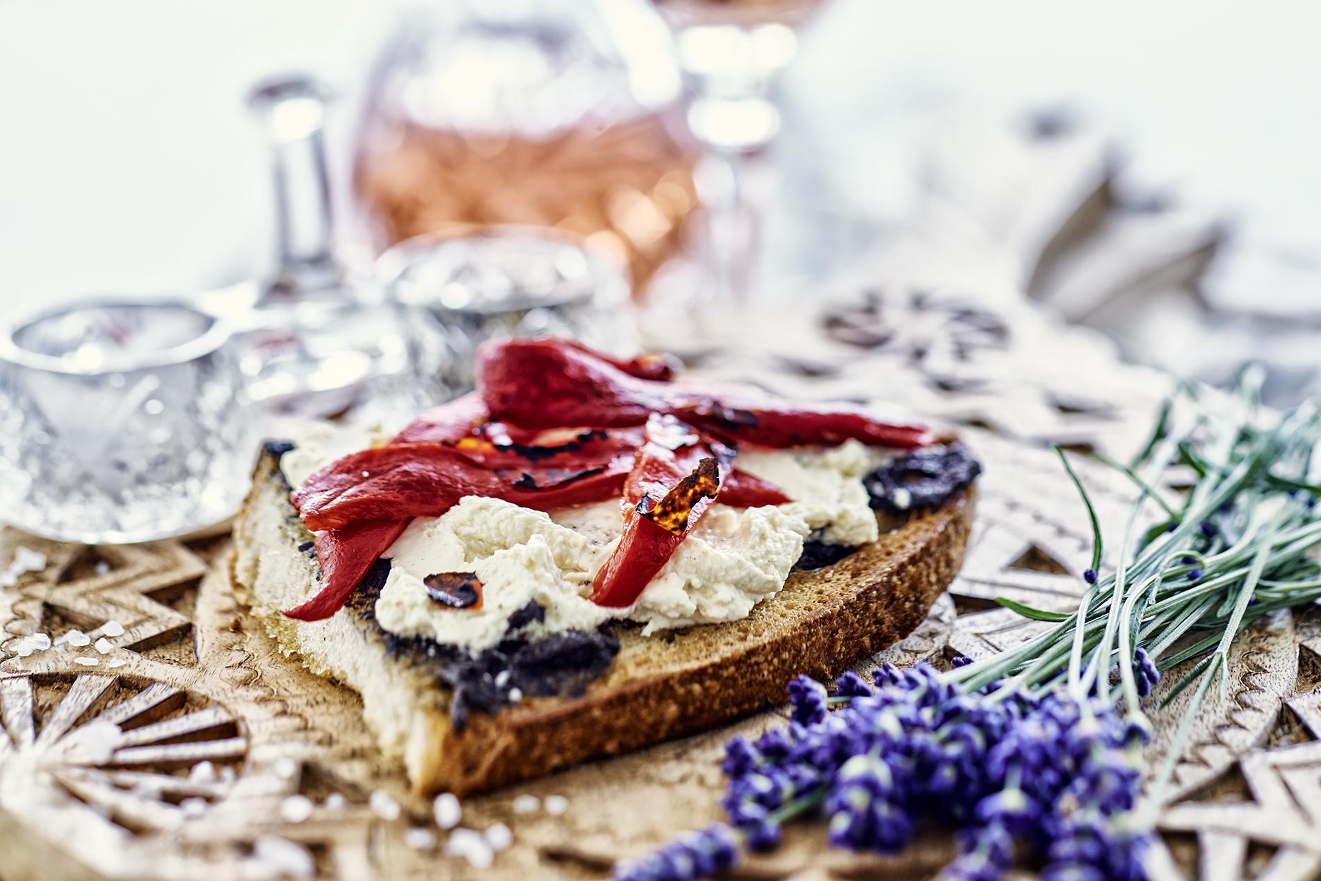 Geröstetes Brot mit Ziegenkäse dekoriert mit Lavendel