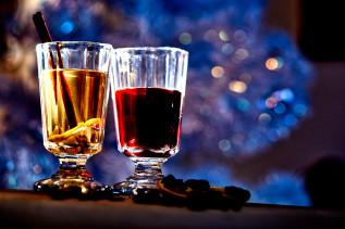 Weißer und roter Glühwein im Glas