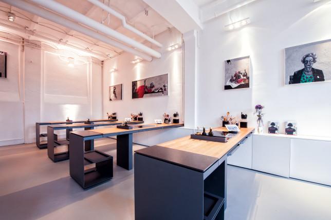 Vier Kochstationen aus anthazit farbenem Stahl und Holz