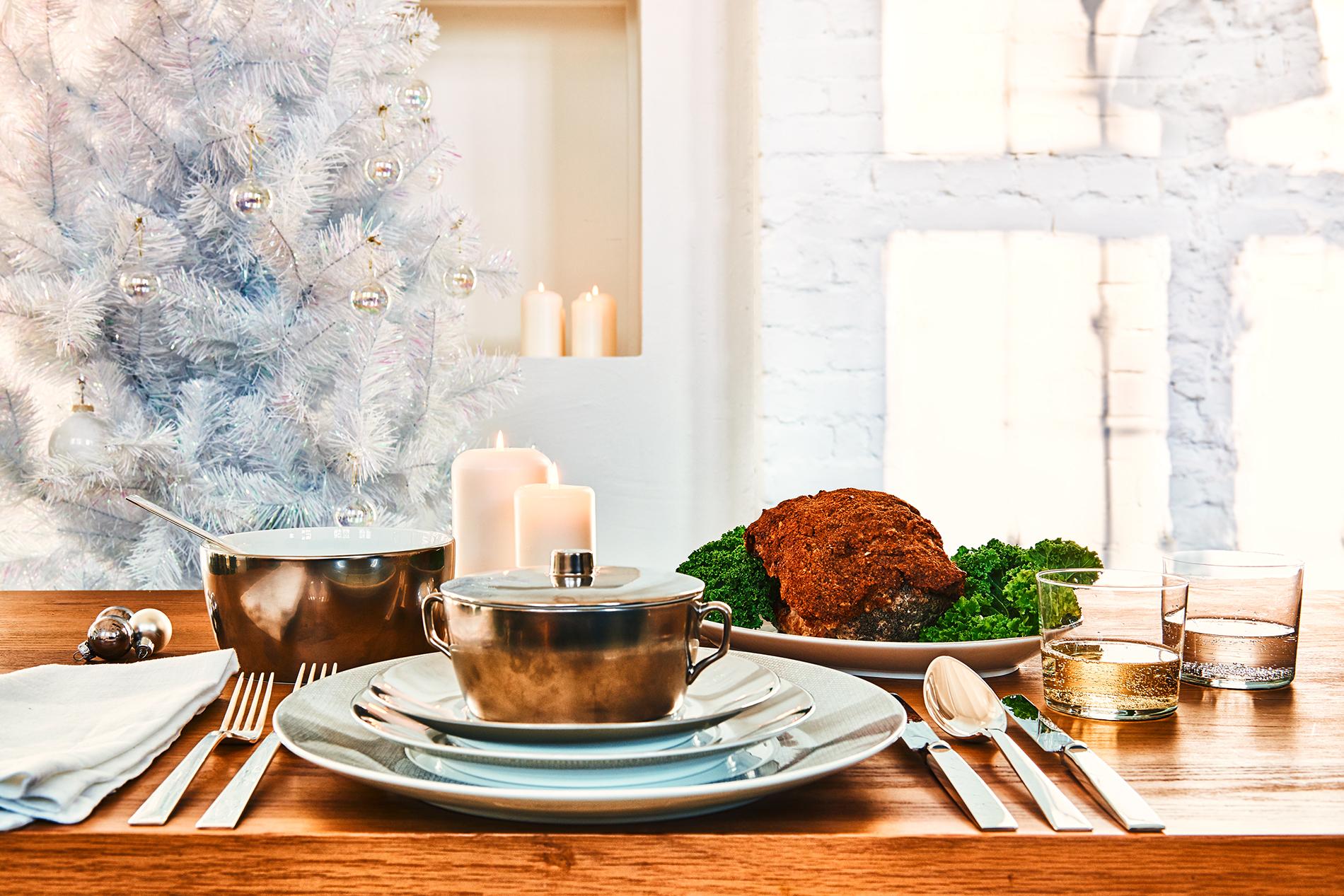 Festlich gedeckter Tisch mit Roastbeef und Grünkohll