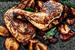 Hühnerkeulen in dunkler Form mit Pflaumen und Lorbeerblättern