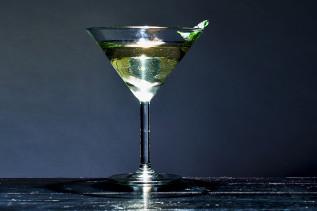 Gimlet Variante mit Koriander in einem Martiniglas