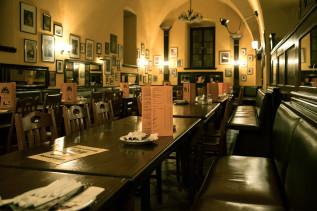 Gewölbe und Tische im Restaurant Barfüßer