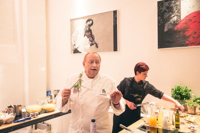 Alfons Schuhbeck an einer Kochstation in der cookionista Kochschule