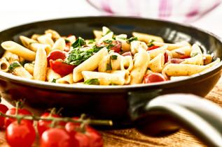 Penne in der Pfanne mit Mozzarella, Kirschtomaten und Basilikum