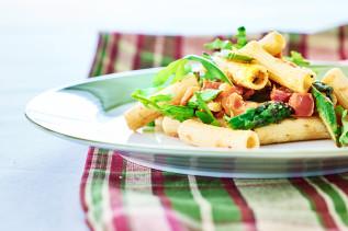 Rigatoni mit grünem Spargel, Thunfischfilet und Rucola
