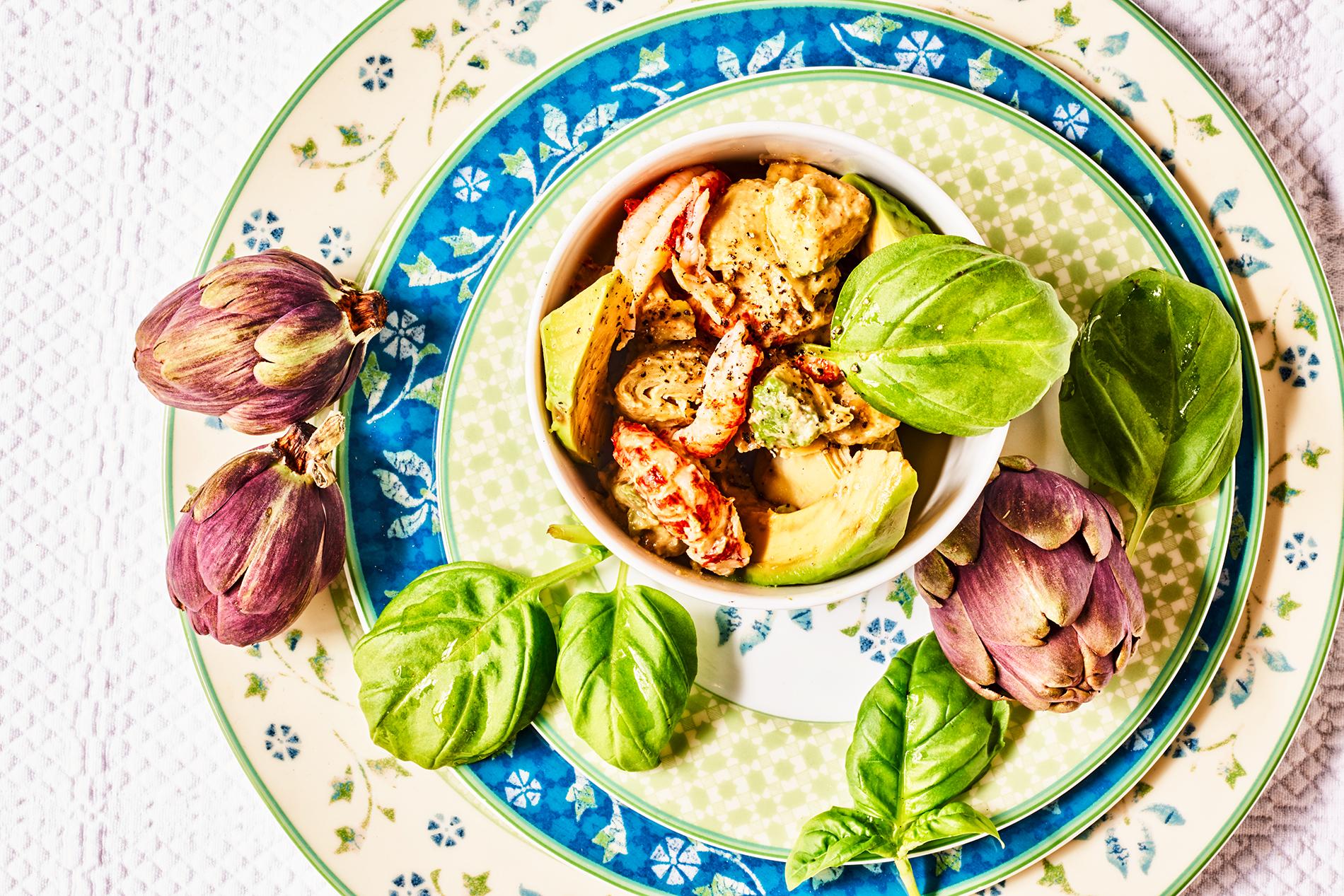 Salat aus Avocado, Artischocken und Flusskrebsen