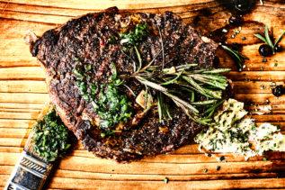 Steak auf Holzbrett