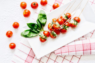 Mozzarella-Tomaten-Bällchen mit Basilikum