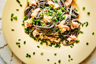 Schwarze Pasta mit Lachs und Schnittlauch