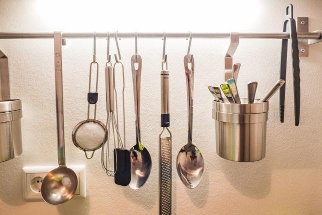 Cookionista Apartment - Kochnische mit Kuechenutensilien
