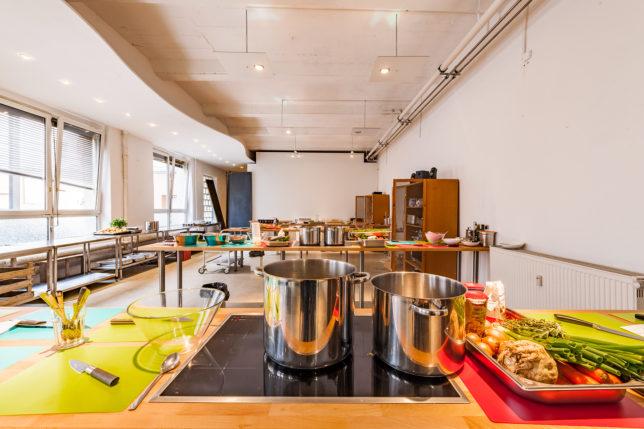 Die Kochstationen in der cookionista Kochschule in der Krugstraße