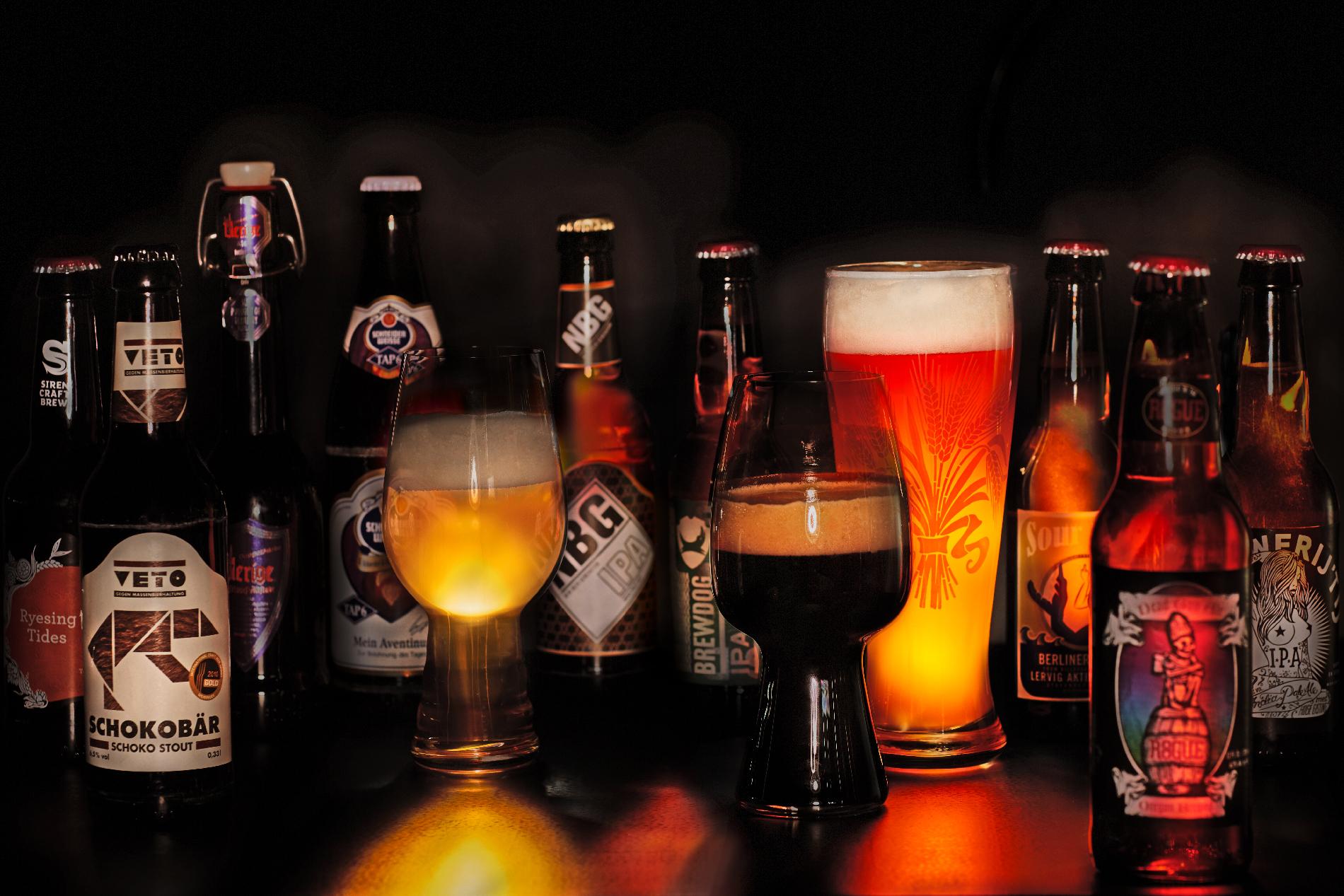 Biergläser und Flaschen zum Bier-Pairing-Dinner