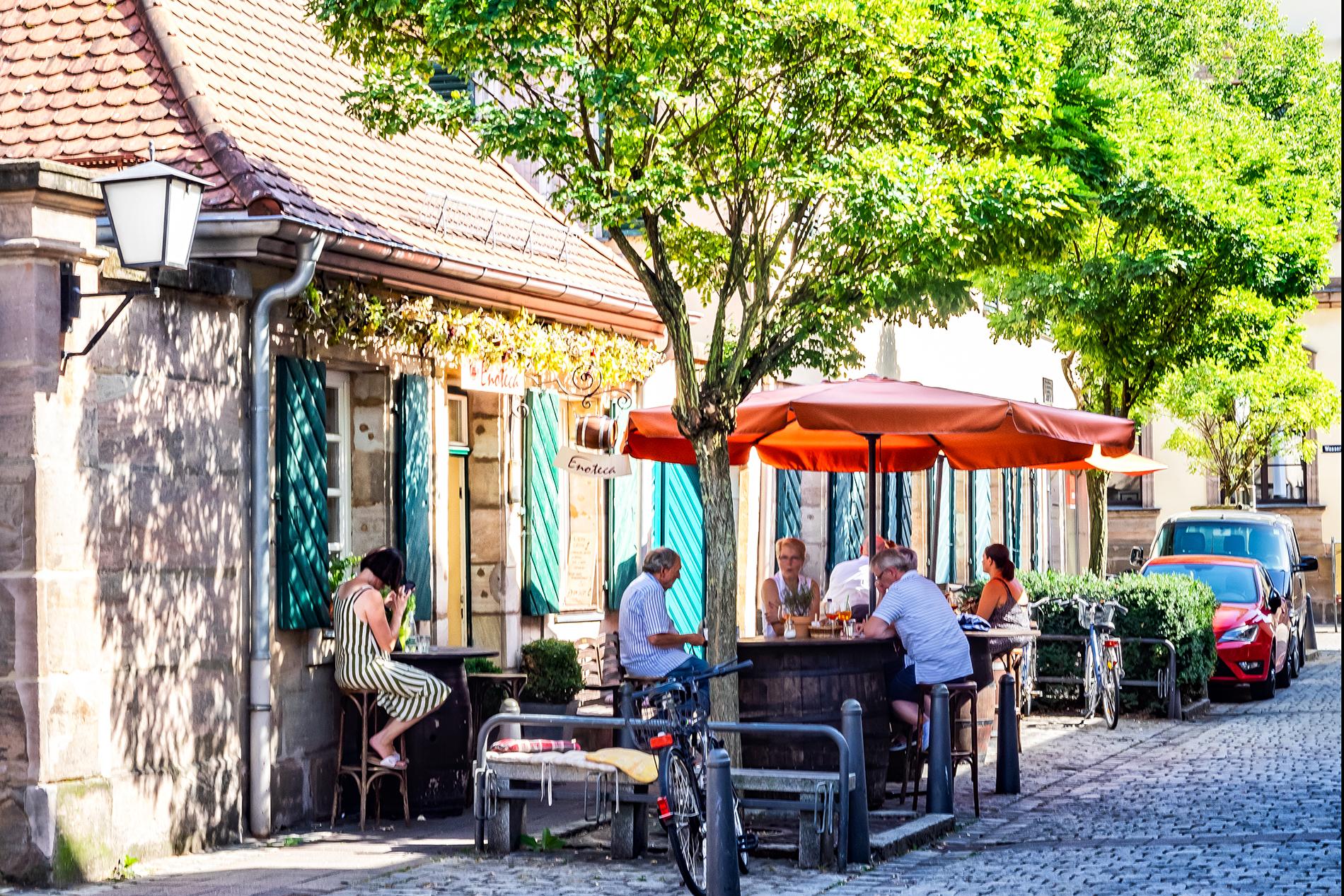Fassade mit Außenbestuhlung in der Erlanger Altstadt